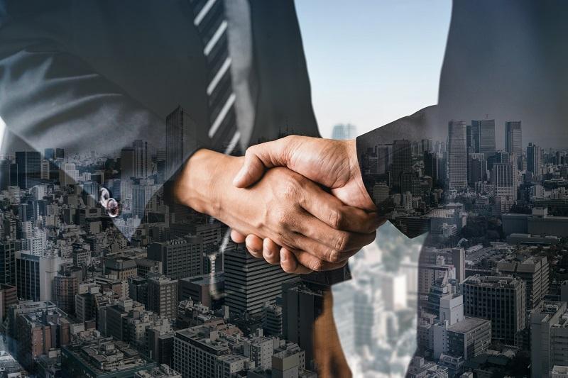 Zwei Geschäftsmänner schütteln sich die Hände