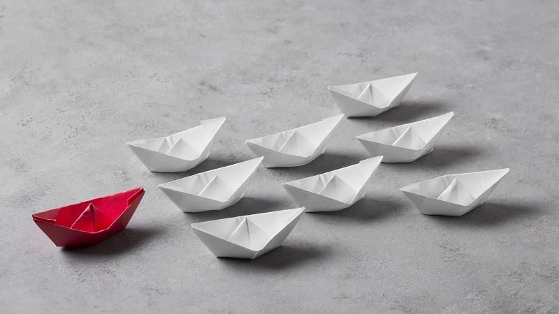 Mehrere Boote folgen einem Boot, das die Führung übernimmt