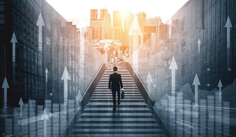 Ein Geschäftsmann geht eine Treppe hinauf