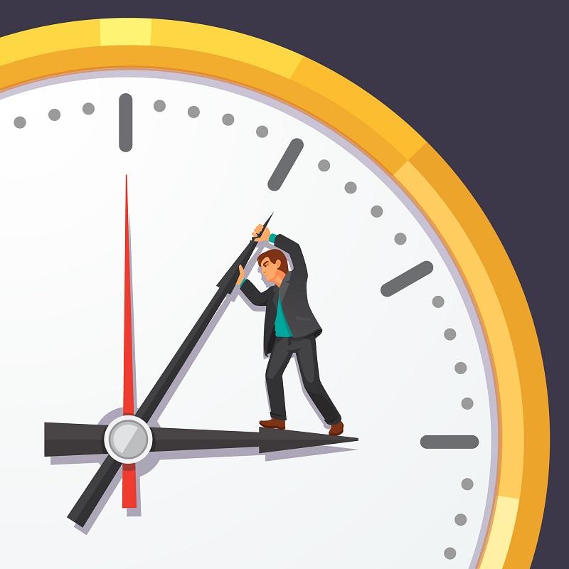 Ein Mann steht auf dem Ziffernblatt einer übergroßen Uhr und versucht den Minutenzeiger zurückzudrehen